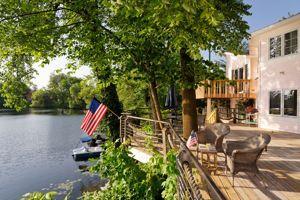 La charmante petite terrasse du Red Bridge Inn impose une pause.