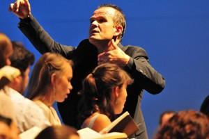 François-Xavier Roth à la tête du Jeune Orchestre européen Hector Berlioz.
