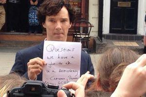 Benedict Cumberbatch soutient David Miranda sur le tournage de <i>Sherlock</i>.