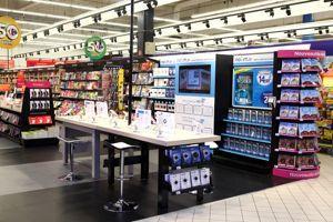 Carrefour installe ses liseuses dans ses rayons librairie. Crédit Carrefour.