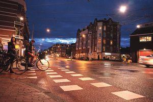 Une scène nocturne de la ville.