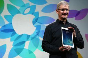 Tim Cook, PDG d'Apple, avec l'iPad Air.