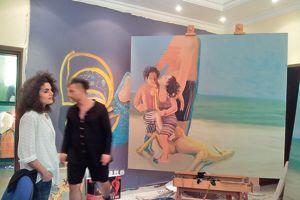 Mouna Mekouar dans l'atelier des frères Rokni et Ramin Haerizadeh à DubaÏ.
