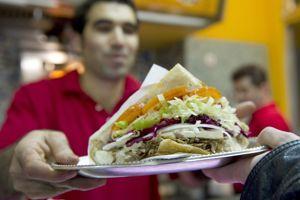 Le kebab, mélange de viande rôtie et crudités, a connu un succès rapide.