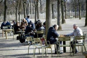 Au jardin du Luxembourg, les amateurs d'échecs se retrouvent en début d'après-midi.