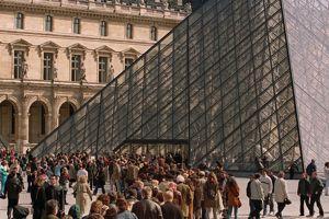 Afin d'éviter la longue file d'attente, le Louvre met en vente un quota de places coupe-file sur son site.