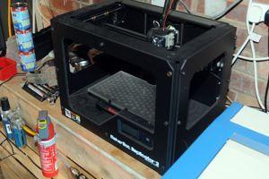 L'imprimante 3 D trouvée lors d'une perquisition dans une maison de la banlieue de Manchester. En déposant des couches successives de matière plastique, ces machines permettent de créer des objets à partir de plans numérisés.