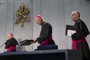 L'archevêque Fisichella (au centre), président du Conseil pontifical pour la nouvelle évangélisation, a présenté mardi le texte du pape François.
