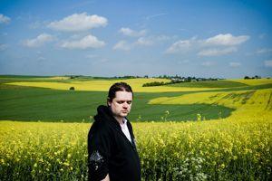 Manfred, 27 ans: «Ils font même pas passer de bus ici...» (Ardennes).