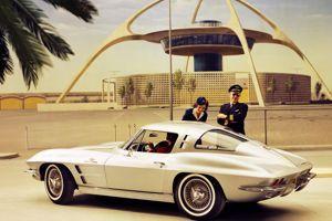 La Corvette Sting Ray 63 devant la tour de l'aéroport de Los Angeles.