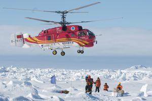 L'hélicoptère du Xue Long a évacué les 52 scientifiques, touristes et journalistes coincés sur le MV Akademik Chokalsiï.