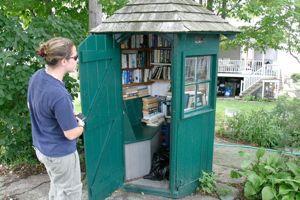 Une cabine téléphonique transformée en bibliothèque en 2006, dans le Connecticut.