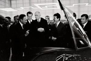 Au Salon de Paris, en 1967, Pierre Dreyfus et Jean Rédélé font découvrir au général de Gaulle la nouvelle Alpine V8.