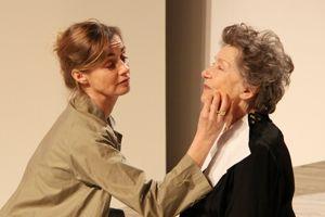 Anne Consigny et Emmanuelle Riva dans <i>Savannah Bay.</i>