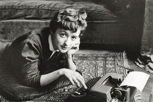 1954: le public découvre le visage de Françoise Sagan saisi par laphotographe Sabine Weiss dans l'appartement familial duboulevard Malesherbes.