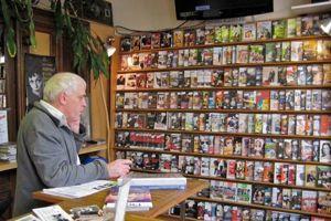 Henri Moisan dans son magasin Vidéosphère à Paris. <br/>Crédits photo: Vidéosphère.
