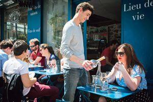 Chez Comestibles et marchand de vins, la terrasse est en pente douce...