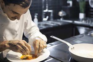Guillaume Sanchez cuisinant dans son «Atelier noir»