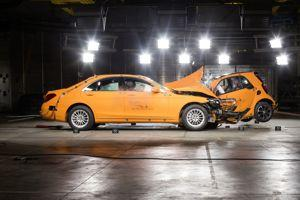 Crash-test frontal entre la Classe S et la fortwo.
