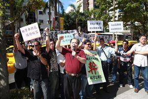 Des chauffeurs de taxi manifestent contre Uber, le 7 juillet à Taipei.