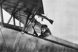 Georges Guynemer, un as de l'aviation, à bord de son Nieuport 10 en 1915.