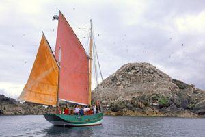 Le Sant C'hirec devant l'île Rouzic des fous de Bassan (Pierre Torset)