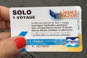 Un ticket de transport déjà utilisé mais encore valable proposé à la descente d'un bus ou d'un tram. Crédits photo: Facebook/Solidarité aux sans ticket.
