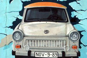 Graffiti de Brigit Kinder sur le mur d'East Side Gallery à Berlin.