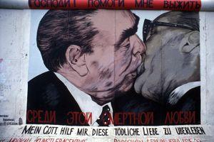 Le baiser entre Leonid Brejnev et Erich Honecker, par Dimitri Vrubel. East Side Gallery à Berlin.