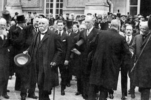 Clemenceau, Wilson et Lloyd George quittent le château après la signature du traité.