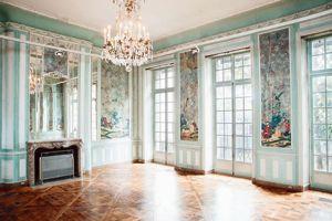 Boiseries françaises et papiers peints chinois servent de cadre à la culture américaine au Mona Bismarck American Center (XVIe).