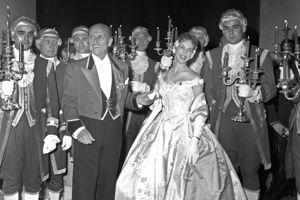 Le duc de Brissac et Gloria Kent au Bal des débutantes à Versailles.