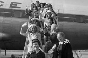 Les débutantes américaines descendent d'avion à l'aéroport d'Orly.