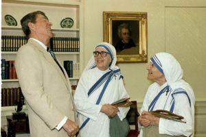 Ronald Reagan et Mère Teresa à la Maison Blanche, à Washington, en 1986.