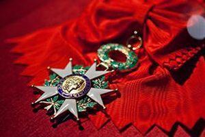 Cette décoration récompense depuis ses origines les «mérites éminents» militaires ou civils rendus à la Nation.