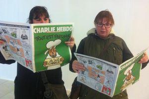 Chantal et Hélène qui ont mis la main sur un <i>Charlie Hebdo </i>dans un kiosque de la gare du Nord, @Diane Jean