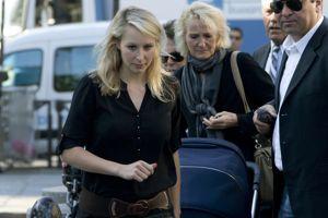 Marion Maréchal-Le Pen et sa mère Yann Le Pen arrivent aux obsèques de Roger Auque, en septembre 2014.