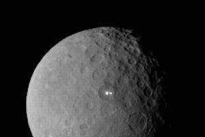 Les deux étranges points lumineux à la surface de Cérès le 19 février à 46.000km. ( <i>Crédits photo: NASA/JPL-Caltech/UCLA/MPS/DLR/IDA</i>)