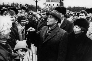 M. Gorbatchev avec son épouse lors de sa visite en Lituanie en janvier 1990.
