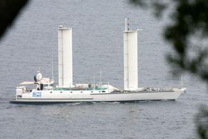 L' <i>Alcyone</i>, en 2006. Ce bateau est équipé de deux «voiles» rigides.