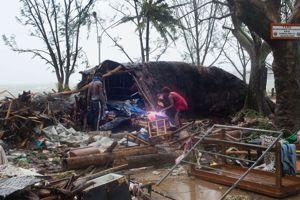 Les survivants fouillent les décombres à Port Vila.