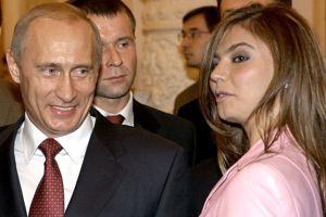 Vladimir Poutine aux côtés de la gymnaste Alina Kabaeva lors d'une réunion avec l'équipe olympique russe au Kremlin à Moscou, en 2004.