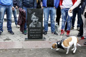 Une fausse tombe à l'effigie de Vladimir Poutine en Hitler, après 10 jours d'absence du président russe, à Kiev (Ukraine), le 15 mars 2015.
