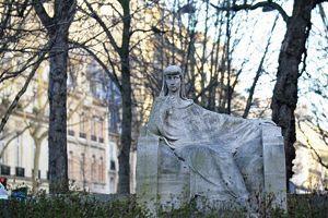 La statue de Sarah Bernhardt sur la Place du Général-Catroux.