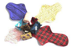 La gamme de protections périodiques lavables est confectionnée dans des tissus colorés (DR).