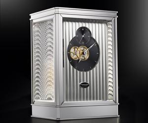 La pendulette 15 jours conçue par la manufacture Parmigiani Fleurier et habillée de cristal Lalique.