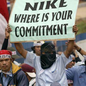 Des ouvriers en colère devant le siège de Nike à Djakarta en 2007.