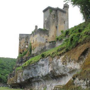 Le château de Commarque, au Buisson (24).
