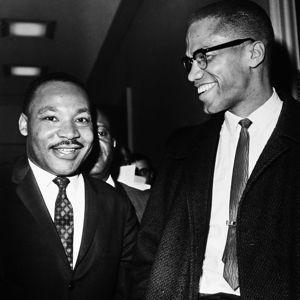 Martin Luther King (à gauche) et Malcolm X au Capitole à Washington le 26 mars 1964.