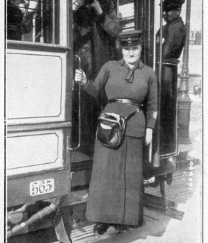 Conductrice de tramway, en France en 1916.